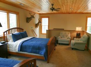 隔层整体作为开放式卧室,原木设计的环境轻松自然,蓝色的床单也给开放式卧室增添了一份优雅。,卧室,现代,简约,田园,墙面,原木色,蓝色,黄色,