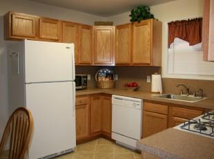 仅用两种主颜色(白色家具和原木色柜子)将空间狭小的厨房点缀出一种简约,现代的气息,在这个小小厨房里能感受到家的温暖。,厨房,现代,简约,宜家,原木色,白色,