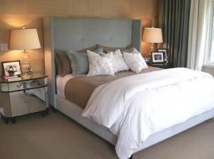 极简主义的卧室需要做到简约而不单调,墙面与地板颜色的相辅相成,以及窗帘与床的同色调设计都让这个卧室看上去并不单一。,卧室,现代,简约,宜家,窗帘,灯具,白色,黄色,