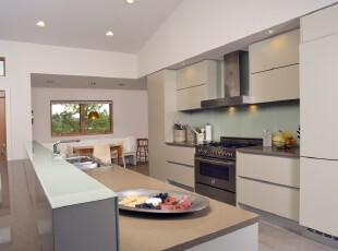 笔直的线条勾勒出这款极简主义风格的厨房设计,简约又大气。,厨房,餐厅,现代,简约,宜家,小资,餐台,灯具,白色,