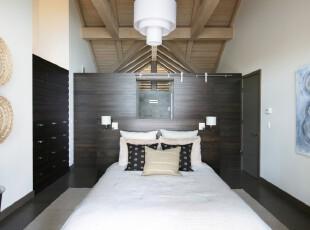 偏深的原木色家具为卧室创造出安静的私密空间,白色的床和灯具相对应,让卧室更显静谧。,卧室,现代,简约,宜家,灯具,白色,原木色,