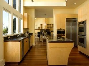 整体黄色调的厨房设计显得统一整齐,原木色的地板似乎让一切浮夸沉淀下来。当淡淡余晖透过白色窗台照射进来时,心头便有了家的温暖。,厨房,现代,简约,宜家,黄色,原木色,