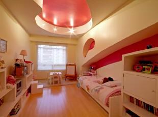 温馨趣味的儿童房,精妙的天花板和墙面设计让孩子有更多想象空间,米黄色灯光和墙体营造出温馨的家的感觉。,儿童房,现代,宜家,窗帘,墙面,灯具,红色,黄色,原木色,