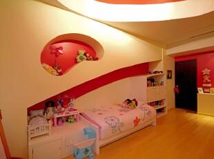 温馨趣味的儿童房,精妙的墙面设计让孩子有更多想象空间,米黄色灯光和墙体营造出温馨的家的感觉。,儿童房,现代,宜家,窗帘,墙面,灯具,红色,黄色,原木色,
