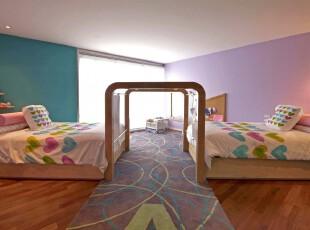 这是一个缤纷多彩的儿童房。明色与暗色的交错创造出一个梦幻空间,有趣的床尾设计既是配合地毯的铺设也是孩子的游乐天地。,儿童房,现代,简约,墙面,蓝色,紫色,原木色,白色,