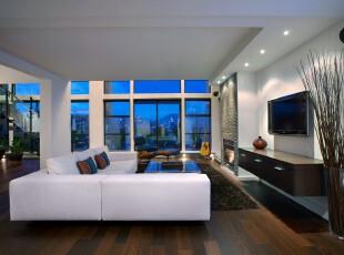 极具现代主义风格的客厅,追求简约更显大气。这里没有过多的墙面隔板,也没有摆放多余的家具。坐在厅中,透过落地窗遥望远方,所有户外景色尽收眼底,这是怎样的惬意!,客厅,现代,简约,宜家,白色,原木色,