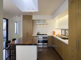 简单就是美,即便没有其他颜色的渲染,白色的墙面与原木色的家具也可相得益彰,望着户外的景色,无论是料理还是吃饭都能感到舒心。,厨房,餐厅,现代,简约,宜家,小资,餐台,原木色,白色,