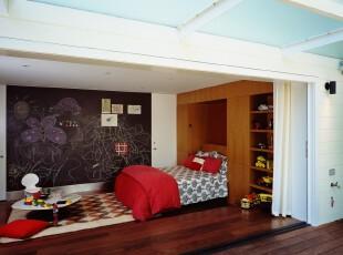 开放式的儿童房,由不同格调的颜色分隔成多个部分。显眼的黑色墙面是童心未泯的家长与孩子涂鸦玩乐的好去处。,儿童房,现代,小资,墙面,黑白,原木色,红色,