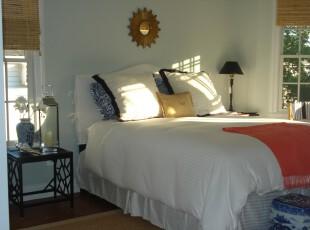 现代式的卧室,竹帘轻卷,青花瓷随意摆放,这是怎样的感觉呢?那是一种特殊的古典,是现代生活中回味传统的方式之一。,卧室,现代,中式,窗帘,灯具,白色,黄色,