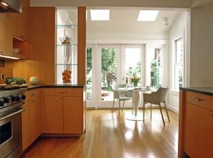 现代风格的厨房和餐厅设计,强烈的色觉转换让空间自然分隔开来。厨房的淡雅和餐厅的洁净既是视觉的享受又是味觉的陪衬。,厨房,餐厅,现代,宜家,小资,餐台,白色,原木色,