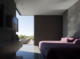 现代简约式卧室,半开放式的设计让深色的空间更显宽敞明亮。,卧室,现代,简约,黑白,紫色,墙面,