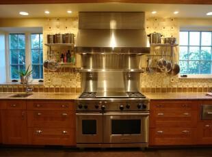 对称式的厨房显得简洁大气,两个小窗口透露出些许户外绿意,点缀着这个颇显高贵的厨房。,厨房,现代,飘窗,墙面,原木色,黄色,白色,