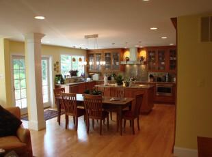 这是个完全开放的厨房和餐厅,墙面采用黄色,而家具和地板一致采用更深色的原木,看起来十分华贵。,厨房,餐厅,现代,餐台,原木色,