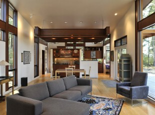 这个客厅十分简约,大落地窗和无隔板设计让其显得极为开阔。,客厅,现代,原木色,蓝色,白色,