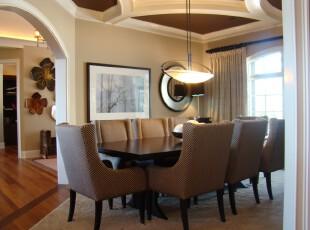 穿过淡雅的拱门,入眼的是整齐的餐桌和泛着明黄灯光的独特灯具,这是一个倍感温馨的小餐厅,开放式的设计让餐厅更加开阔。明亮的阳光从窗口照射进来,为室内带来一缕自然的气息。,餐厅,灯具,现代,餐台,窗帘,墙面,原木色,黄色,