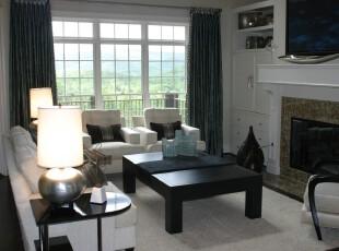 现代主义风格客厅,以黑白为主色调,干净利落的装饰让客厅看起来更加大气。,客厅,现代,简约,灯具,窗帘,黑白,墙面,