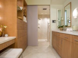 现代风格的卫生间,原木色的柜子和白色相得益彰,将整个环境渲染得轻松明快。,卫生间,现代,墙面,灯具,原木色,白色,