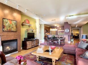 现代主义客厅,采用多种鲜艳的颜色组合点缀空间。,客厅,现代,原木色,绿色,春色,紫色,白色,墙面,