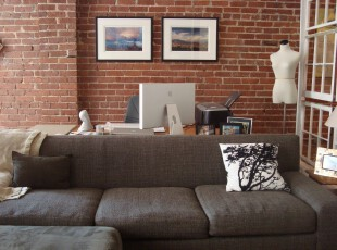 现代风格的书房,采用十分显眼的红砖墙面设计,文艺味十足。,书房,现代,小资,墙面,红色,黑白,