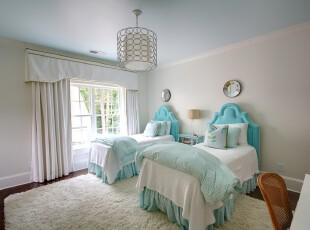 地中海风格卧室,柔和的色彩和空间里的弧形家具,让卧室看起来十分自然清新。,卧室,地中海,白色,蓝色,灯具,窗帘,