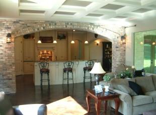 白色的厨房搭配长形的吧台,在石壁拱门的衬托下极具欧式风情。,厨房,吧台,欧式,墙面,原木色,白色,