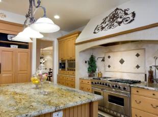 欧式厨房和餐厅,精美的花纹和菱形图案装饰为空间增添了少许欧式韵味。黄色家具在柔和的光照下显得十分明快、大气。,厨房,欧式,餐厅,餐台,灯具,墙面,收纳,原木色,黄色,白色,