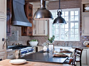 欧式厨房,砖墙和古朴的橱柜给空间增加了一种沧桑的历史气息。,厨房,餐厅,餐台,灯具,墙面,黑白,原木色,白色,