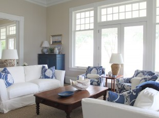 地中海风格客厅,蓝白色调十分淡雅,明媚的阳光从门窗照射进来,更让室内充满柔和的气息。,客厅,地中海,白色,蓝色,灯具,