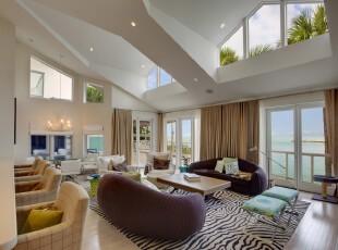 现代风格客厅,温馨的小家。巧妙的天花板和窗户设计让室内更显敞亮。,客厅,现代,窗帘,墙面,紫色,白色,原木色,黄色,