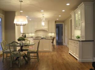 简约欧式厨房,简洁干净。淡绿色的餐厅还带来一股田园的清新气息。,厨房,餐厅,简约,欧式,白色,绿色,原木色,灯具,餐台,吧台,收纳,