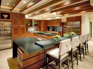 现代简约风格的厨房和餐厅,原木色的大量铺设这个开放式餐厅看起来大气十足。,餐厅,厨房,现代,简约,餐台,墙面,原木色,黑白,绿色,