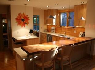 现代风格厨房,原木橱柜加上大幅的非洲菊花饰让整个空间充满自然的气息。,厨房,现代,原木色,黄色,吧台,墙面,餐台,