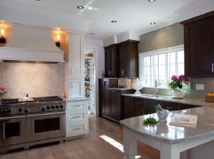 现代风格厨房,墙面进行了精细的装修,略显淡雅。光照充足,消除了深色橱柜产生的沉闷感。,厨房,现代,原木色,白色,灯具,餐台,墙面,