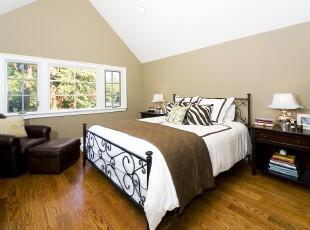 这个阁楼被开拓成现代风格的卧室,十分抢眼的视觉碰撞把卧室装扮得趣味十足。,卧室,阁楼,现代,小资,原木色,黑白,春色,
