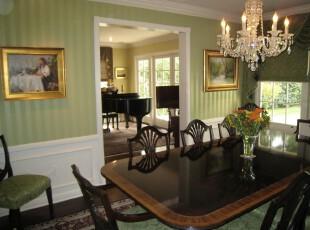 欧式餐厅,选用绿色和白色这两种清新的色彩冲淡原木餐桌所产生的压抑感。,餐厅,欧式,绿色,白色,原木色,墙面,灯具,餐台,