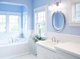 地中海风格卫生间,柔和的蓝白色将空间渲染出一种浪漫情调。,卫生间,地中海,蓝色,白色,墙面,灯具,
