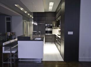 现代简约主义厨房,纯黑与纯白的搭配打造出一个冷色调的烹饪环境。,厨房,现代,简约,黑白,收纳,吧台,