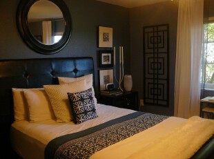 中式复古的卧室,在现代主义风格中采用中国传统的镜子和纹饰,颇具古意。,卧室,中式,窗帘,墙面,相片墙,黑白,