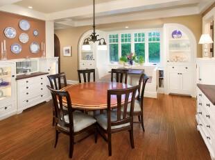 这是简欧风格和中式风格相融合的餐厅设计。这个空间里存在欧式储物柜、中式餐桌、青花瓷装饰,如此的混搭风格也许是对中式、欧式都难以取舍的人所喜爱的。,餐厅,中式,欧式,简约,灯具,餐台,墙面,收纳,原木色,白色,