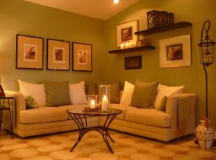 现代风格客厅,大量采用田园色彩,绿色、白色和浅黄将客厅渲染出一抹春意。相片墙和新型灯具的摆设也给人深感其中的小资格调。,客厅,现代,小资,田园,宜家,相片墙,墙面,灯具,春色,绿色,黄色,白色,