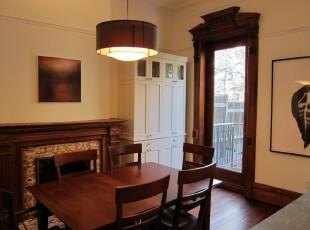 简约欧式餐厅,原木色家具十分典雅。,餐厅,简约,欧式,餐台,原木色,灯具,墙面,黄色,