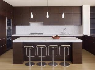 现代风格的厨房和吧台,原木色和白色的配搭十分大气。,厨房,吧台,现代,简约,餐台,原木色,白色,灯具,
