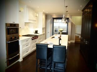 现代风格厨房,白色橱柜和餐桌显得十分洁净。,厨房,现代,原木色,白色,餐台,