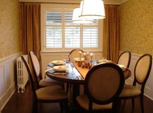 现代主义餐厅,淡黄色的色调给人温暖的感觉,两边花纹装饰的墙面让餐厅颇具典雅之风。,餐厅,现代,窗帘,灯具,餐台,墙面,原木色,黄色,