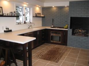 非常简约的厨房,黑白柜台让人觉得十分洁净。特意打造的蓝色砖墙和壁炉又有一种仿古的意味。,厨房,现代,简约,墙面,蓝色,黑白,