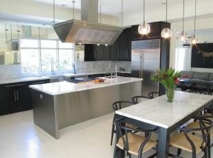 现代主义厨房,银色家具非常有质感,良好的采光条件加上银色家具的反射,厨房变得更加亮堂。,厨房,餐厅,现代,白色,黑白,餐台,灯具,