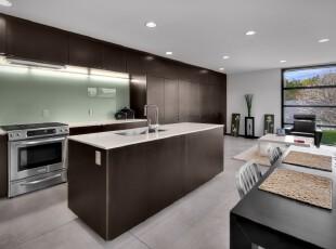 现代简约风格厨房,由于大户型和完全开放的设计,厨房看起来极其开阔、大气。,厨房,现代,简约,原木色,黑白,白色,餐台,墙面,