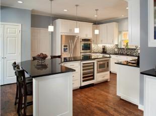 现代宜家风格厨房,流线型的台面摆脱了传统的方形厨房空间设计,颇有新意。,厨房,现代,宜家,白色,黑白,灯具,吧台,