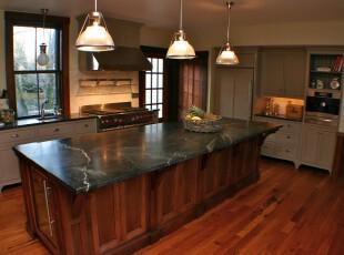 现代风格的厨房,大量的原木色将人带入森林的想象空间,显眼的餐桌也给人大气的感觉。,厨房,现代,原木色,白色,餐台,灯具,