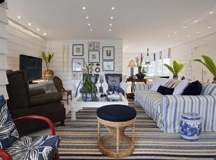 地中海风格客厅,蓝白条纹让空间极具线条美,开放式的客厅更显宽敞、明亮。,客厅,地中海,墙面,相片墙,蓝色,白色,